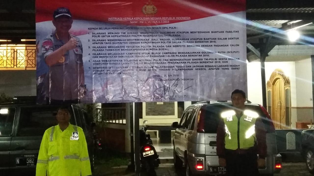 Polres Batu dan Polsek Memasang Spanduk Netralitas Polri Terhadap Pilgub 2018.
