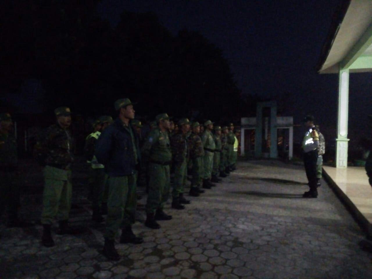 Padal Desa Tlekung Memberikan Arahan Kepada Para Petugas TPS Baik Linmas Serta Polri