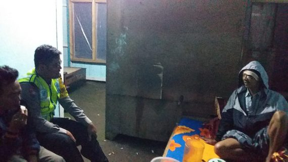 Bhabin Polsek Pujon Polres Batu Dengan Giat Sambang Dekati Warga