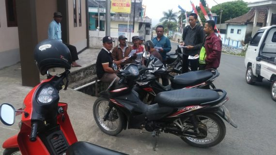 Sambang kepada tukang Ojek, Anggota Bhabinkamtibmas Desa Ngabab Polsek Pujon Polres Batu Sosialisasi tentang keselamatan berlalu lintas
