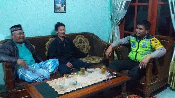 Langkah Polri Guna Jalin Kemitraan Dengan Masyarakat, Anggota Bhabinkamtibmas Polsek Pujon Polres Batu Sambang Ke Ketua RT