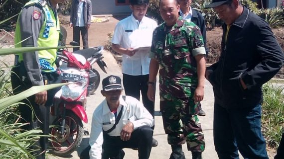 Bhabinkamtibmas Polsek Pujon Polres Batu Bersama 3 Pilar dan Pelaksana Teknis Pengecekan Proyek Desa