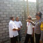Anggota Bhabinkamtibmas Kelurahan Songgokerto Polsek Batu Kota Polres Batu Kunjungan Pembangunan Bedah Rumah Warga