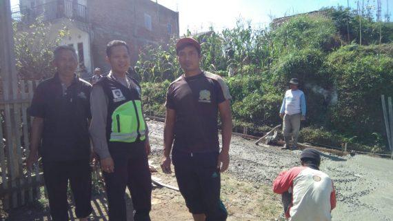 Bhabinkamtibmas Polsek Pujon Polres Batu (2 Pilar) Bersama Warga Giat Pengecoran Jalan Kampung Desa Ngabab