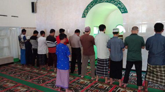 Anggota Polsek Batu Memakmurkan Masjid Ikut Sholat Berjamaah