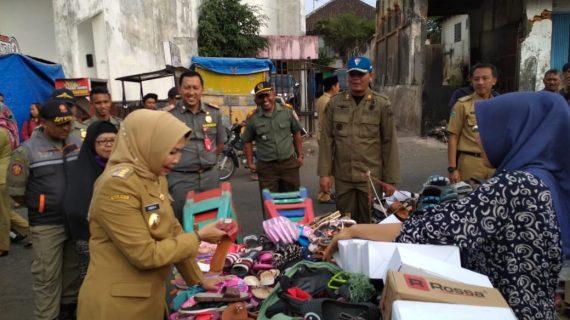 TNI Polri Bergabung dengan Sat Pol PP serta intansi yang di pimpin langsung Oleh Wali Kota Batu Menertibkan PKL Alun Alun Kota Batu
