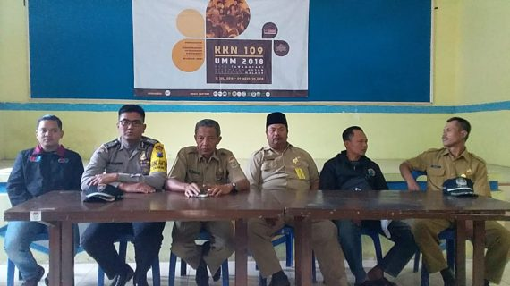 Jaga Kelancaran Acara, Bhabin Polsek Pujon Polres Batu Menghadiri Acara Wilayah Binaanya Agar Tetap Aman