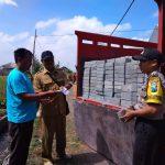 Bhabin desa Pendem Polsek Junrejo Polres Batu laksanakan sambang dan pengecekan paving yang akan digunan pembangunan jalan.