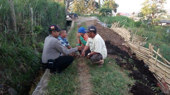Sambang Desa Peninjauan Jalan Pertanian Bhabin Kelurahan Songgokerto Polsek Batu Kota