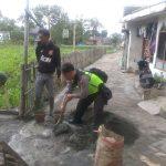 Bhabin Kelurahan Ngaglik Polsek Batu Kota Bersinergi Dengan Masyarakat Tinjau Pemasangan Paving