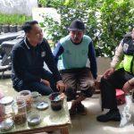 Giat Door To Door System Satgas Kemitraan Bhabinkamtibmas Desa Sidomulyo Polsek Batu Polres Batu Memberikan Sosialisasi Pesan Kamtibmas