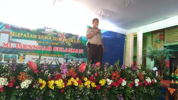 Kapolsek Junrejo Polres Batu menghadiri Acara wisuda siswa siswi Madrasah Ibtidaiyah Iskandar tahun 2017-2018.