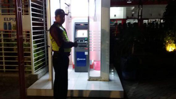 Patroli Malam, Anggota Polsek Bumiaji Pastikan Warga Aman