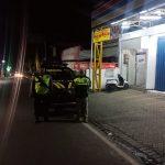 Giat Patroli Malam, Anggota Polsek Bumiaji Pastikan Warga Aman
