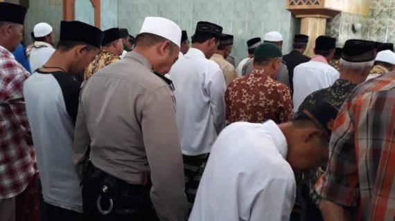 KANIT SABHARA POLSEK NGANTANG POLRES BATU IBADAH SHALAT JUMAT DENGAN WARGA