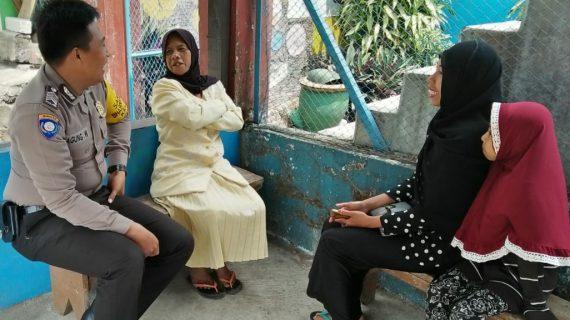 Anggota Bhabinkamtibmas Kelurahan Sisir Polsek Batu Kota Bripka Agung Widodo perlihatkan kedekatan dengan masyarakat sampaikan himbauan kamtibmas