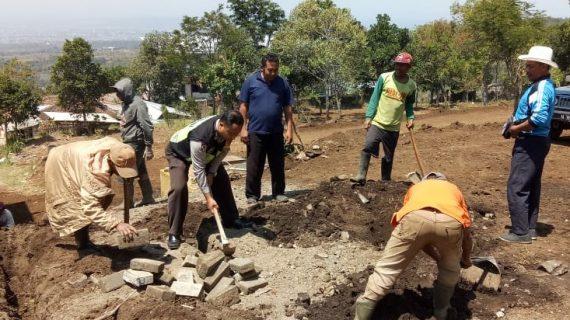 Wujud peran sertaBhabinkamtibmas Desa Oro Oro Ombo Polsek Batu Kota Kunjungi Proyek Pemasangan Paving