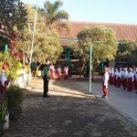 laksanakan sambang dan Silaturahmi , anggota Bhabinkamtibmas Polsek Pujon Polres Batu Menjadi Pembina Upacara DI SDN 2 Desa Ngabab