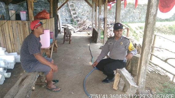 Bhabin Kelurahan Songgokerto Polsek Batu Polres Batu Door To Door System Tingkatkan Kepercayaan Masyarakat terhadap Polri