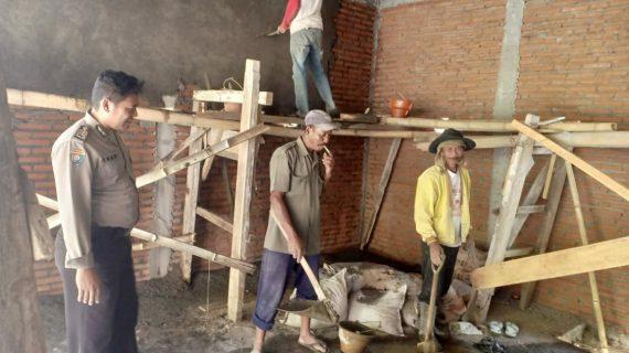 Bhabinkamtibmas Desa Sumberejo Polsek Batu Polres Batu Sambang pekerja Bangunan Sampaiakan Pesan Kamtibmas
