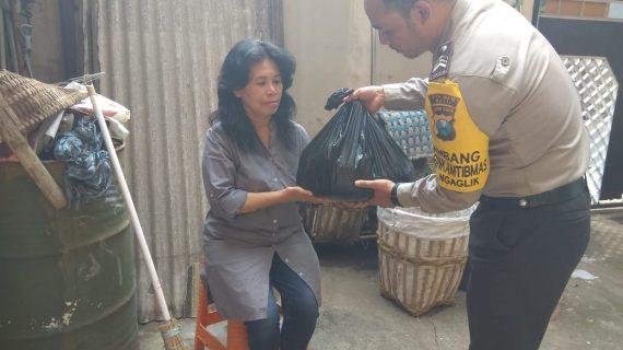 Bhabinkamtibmas Kelurahan Ngaglik Polsek Batu Polres Batu Kunjungan Warga Kurang Mampu Bagikan Sembako