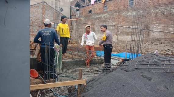 Bhabinkamtibmas Kelurahan Temas Polsek Batu Polres Batu Sampaikan Pesan Kamtibmas Sambang Pekerja Bangunan