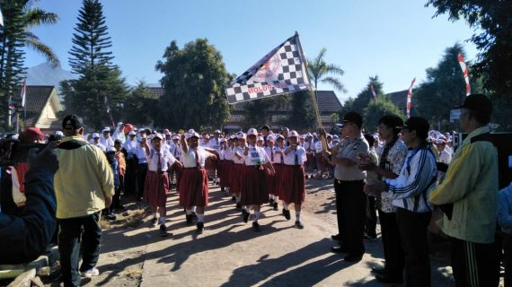 Kapolsek Pujon Polres Batu Dan Anggota Pengamanan Lomba Gerak Jalan