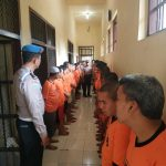 Pastikan Aman, Anggota Propam Polres Batu Rutin Cek  Tahanan