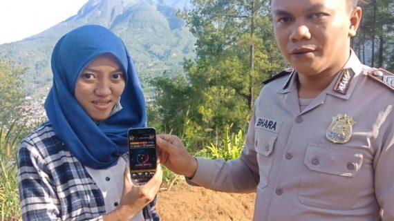 Anggota Bhabinkamtibmas Bumiaji Desa Gunungsari Sosialisasikan Layanan Aplikasi Android Apel Batu