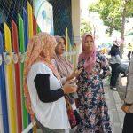 Sambang Terhadap Ibu Pengantar Sekolah Oleh Bhabinkamtibmas Desa Pesanggrahan Polsek Batu Polres Batu Sampaikan Pesan Kamtibmas