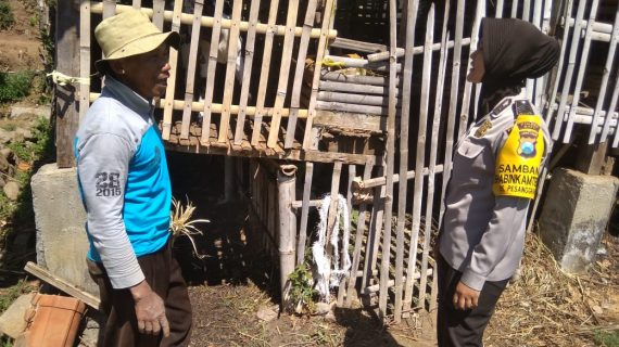 Lakukan Pendekatan Guna Jalin Mitra Dengan Masyarakat, Giat Sambang Desa Penyerahan Sarana Kontak Bhabinkamtibmas Desa Pesanggrahan Polsek Batu Polres Batu