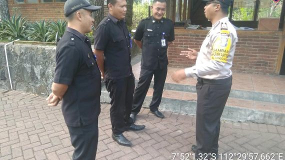 Bhabinkamtibmas Patroli Kewilayah, Sambang Satpam Pengemban Fungsi Kepolisian Terbatas Bhabin Kel Songgokerto Polsek Batu Polres Batu Sampaikan Peningkatan Pam Swakarsa