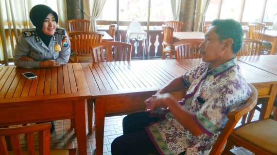 Bhabinkamtibmas Desa Pesanggrahan Polsek Batu Kota Polres Batu Jalin Silaturahmi Lakukan Sambang Warga
