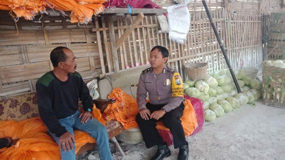 Sambang Ke Gudang Sayur BhabinkamtibmasBrigadir Anton Isfianto Kelurahan Temas Polsek Batu Kota Polres Batu Sampaikan Pesan Kamtibmas