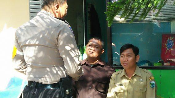 Patroli Bhabinkamtibmas Sisir Polsek Batu Kota Polres Batu Sambang Satpam SMK Negeri 01 Batu Untuk Menjaga Sinergitas