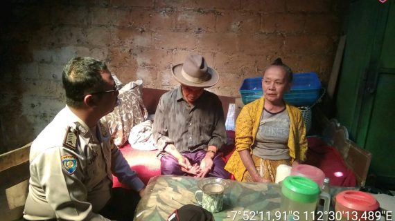 Anggota Bhabinkamtibmas Tatap Muka Dengan Masyarakat, Bhabinkamtibmas Sambang Lansia Bhabin Kelurahan Songgokerto Polsek Batu Kota Polres Batu Jalin Kedekatan Masyarakat