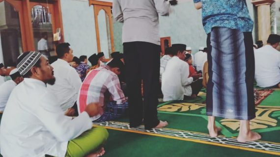 KANIT SABHARA POLSEK NGANTANG POLRES BATU IBADAH SHALAT JUM'AT BERSAMA WARGA