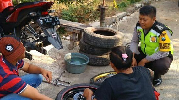 Sambang Usaha Bengkel Motor Bhabin Desa Sumberejo Polsek Batu Kota Polres Batu dengan semangat Sampaikan Pesan Kamtibmas