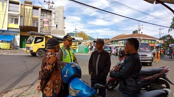 Sambang Ke Pangkalan Ojek Bhabinkamtibmas Kelurahan Temas Polsek Batu Kota Sampaikan Pesan Kamtibmas Tatib Lalin