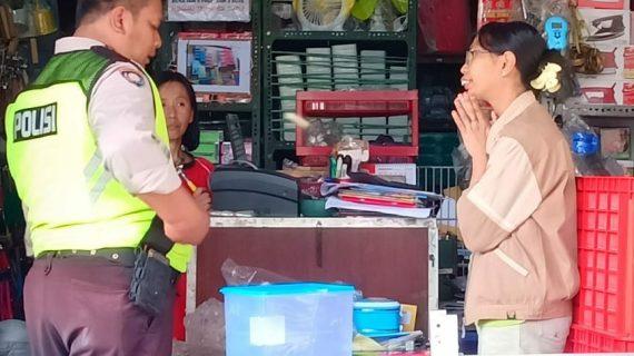 Kanit Binmas Polsek Batu Polres Batu Sambang Ke Tempat Usaha Toko Elektronik Pasar Batu Menyampaikan Pesan Kamtibmas