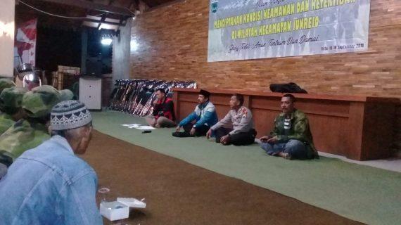 Kapolsek Junrejo AKP HARTANA bersama Bhabinkamtibmas desa Pendem Brigadir Ibnu Mubarok melaksanakan giat silaturahmi