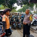 Anggota Bhabin Sambang Juru Parkir Sampaikan Pesan Kamtibmas