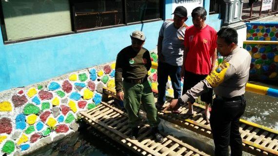 Peduli Ekosistem Ikan Sungai Bhabinkamtibmas Kelurahan Sisir Polsek Batu Kota Polres Batu Bersama Anggota Linmas Pasang Himbauan
