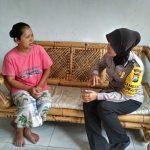 Anggota Bhabinkamtibmas Desa Pesanggrahan Polsek Batu Bripka Laila Jalin Silaturahmi Lakukan DDS Warga