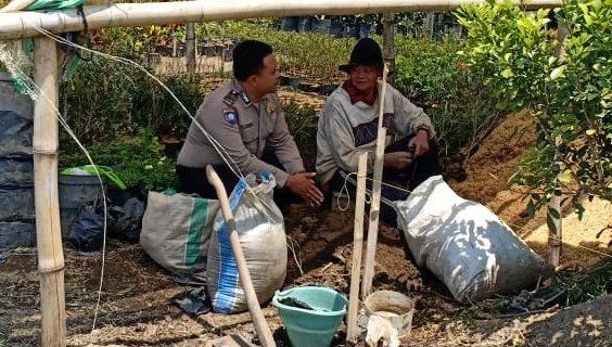 Juga Lakukan Pendekatan Dengan Masyarakat Jaga Kamtibmas, Sambang Desa Bangun Partisipasi Masyarakat Terhadap Kamtibmas Bhabin Desa Sidomulyo Polsek Batu Polres Batu