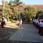 Bhabinkamtibmas Polsek Pujon Polres Batu Pembina Upacara Di SDN 2 Desa Ngabab