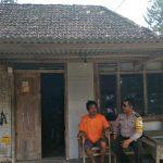 Anggota Bhabinkamtibmas Tatap Muka Dengan Warga, Silaturahmi Ke Rumah Tokoh Masyarakat Bhabin Kel Songgokerto Polsek Batu Kota Titipkan Pesan kamtibmas