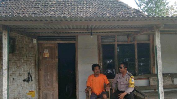Bhabinkamtibmas Giat Tatap Muka Dengan Masyarakat, Silaturahmi Ke Rumah Tokoh Masyarakat Bhabin Kel Songgokerto Polsek Batu Kota Titipkan Pesan kamtibmas