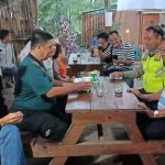 Bhabinkamtibmas Tulungrejo,Polsek Bumiaji Polres Batu Cangkrukan Bareng Pengunjung Wisata Coban Talun