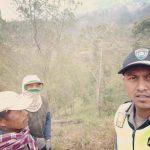 Lakukan Pendekatan Guna Jalin Mitra Dengan Masyarakat, Bhabinkamtibmas Polsek Pujon Polres Batu Pemadaman Kebakaran Hutan Bersama Masyarakat Bendosari